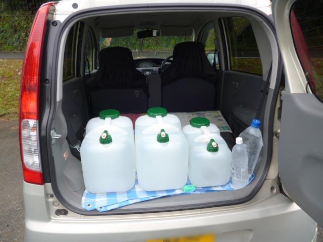 車で水を持ち帰る
