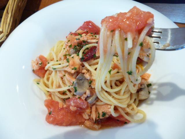 フレッシュトマトとスモークサーモン、パプリカ、きのこのぺペロンチーノ