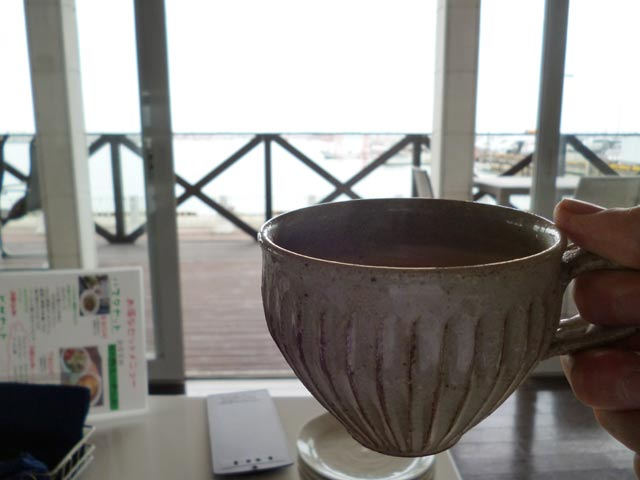 ソファー席からコーヒーを飲む