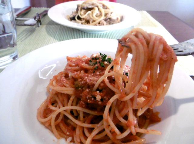 アンチョビ・オリーブオイル・ケイパーのトマトソース スパゲティ