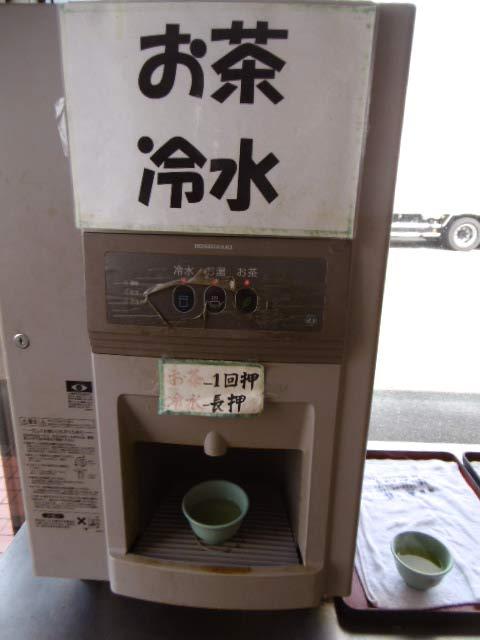 お冷・お茶はセルフサービス